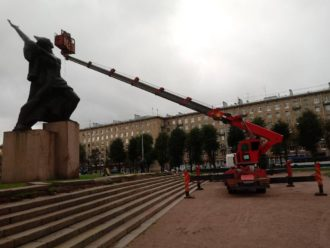 Аренда автовышки для чистки памятника